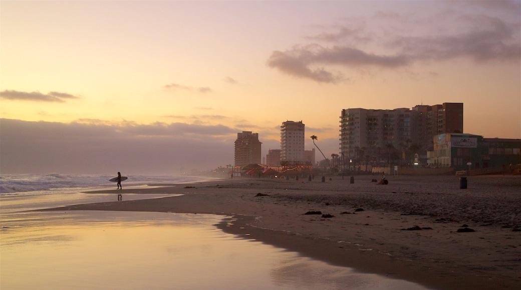 Rosarito que incluye vistas generales de la costa, una playa y una puesta de sol