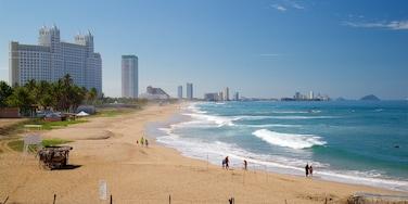 Mazatlán que incluye una playa de arena y surf