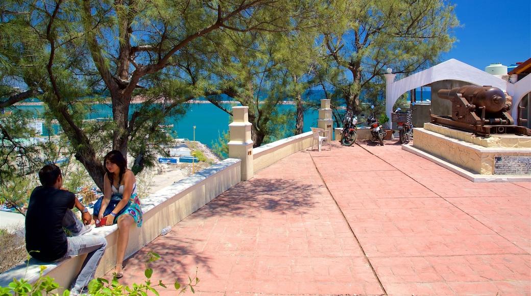 El Mirador que incluye vistas generales de la costa y un parque o plaza y también una pareja