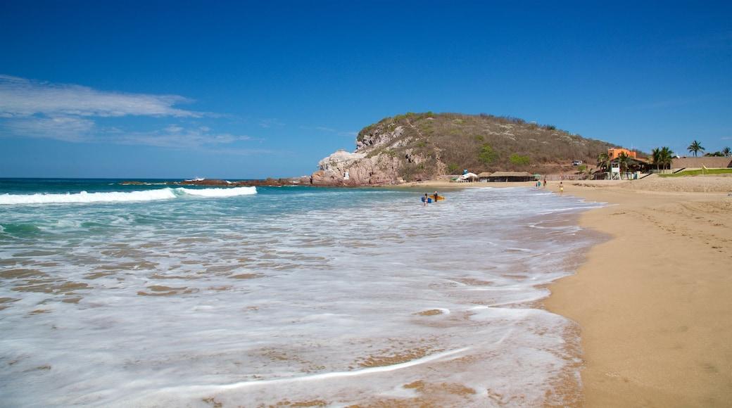 Mazatlán que incluye surf, vistas generales de la costa y una playa de arena