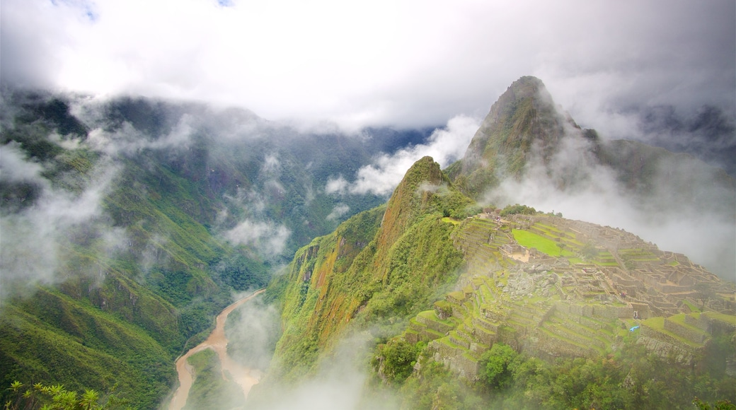 Huayna Picchu showing tranquil scenes, mist or fog and mountains