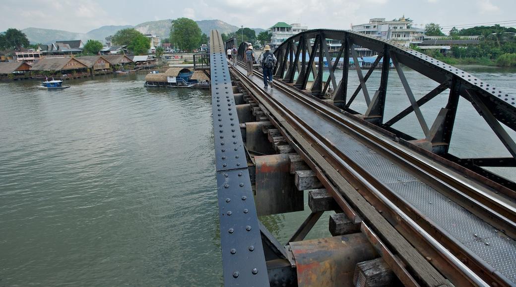 Bron över floden Kwai presenterar järnvägsobjekt och en å eller flod