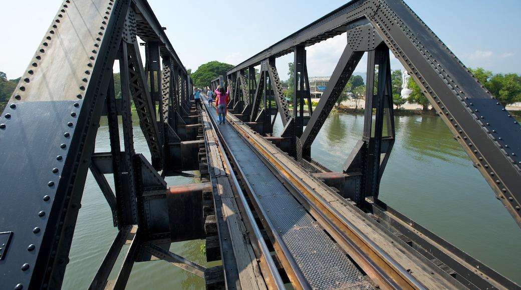 Bron över floden Kwai som inkluderar järnvägsobjekt