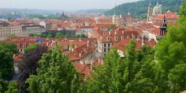 Kleinseite mit einem Landschaften und Stadt