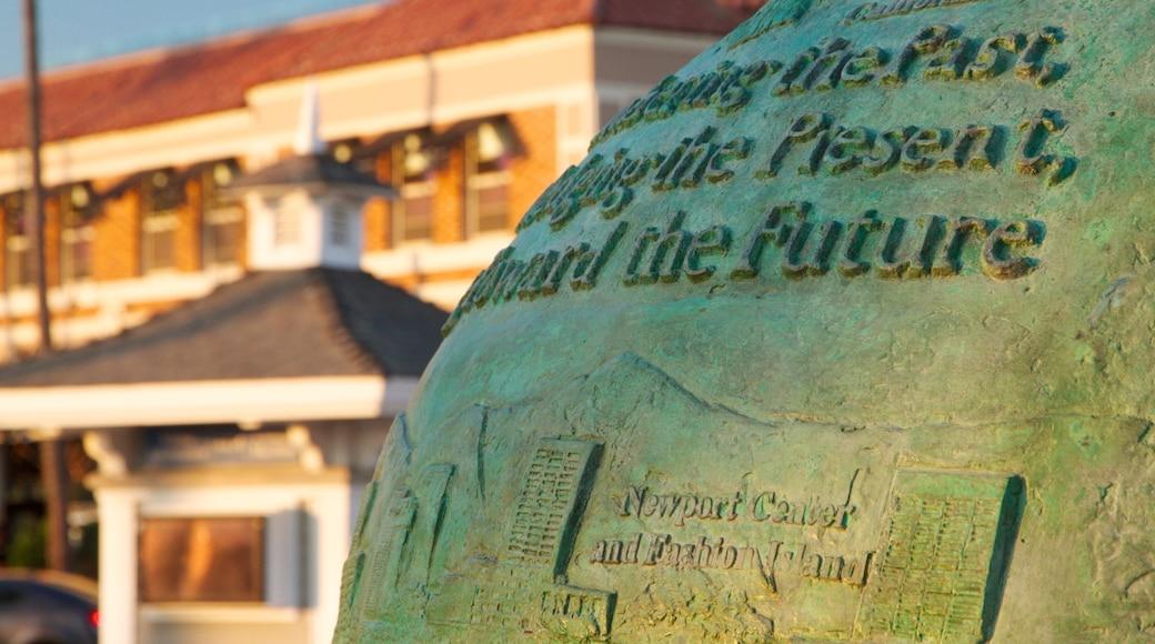 Newport Beach mostrando sinalização e um monumento