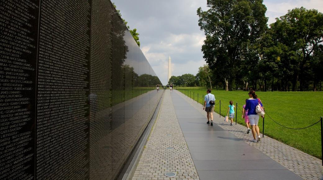 Monumento a los Veteranos de Vietnam que incluye un jardín, un monumento conmemorativo y vistas panorámicas