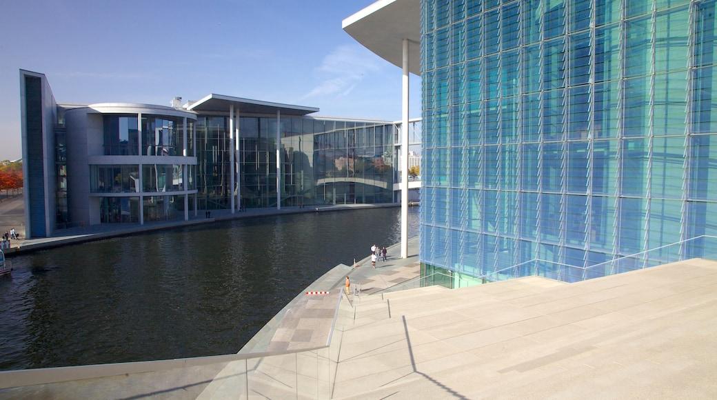 Rigsdagsbygningen og byder på en administrativ bygning, moderne arkitektur og en dam