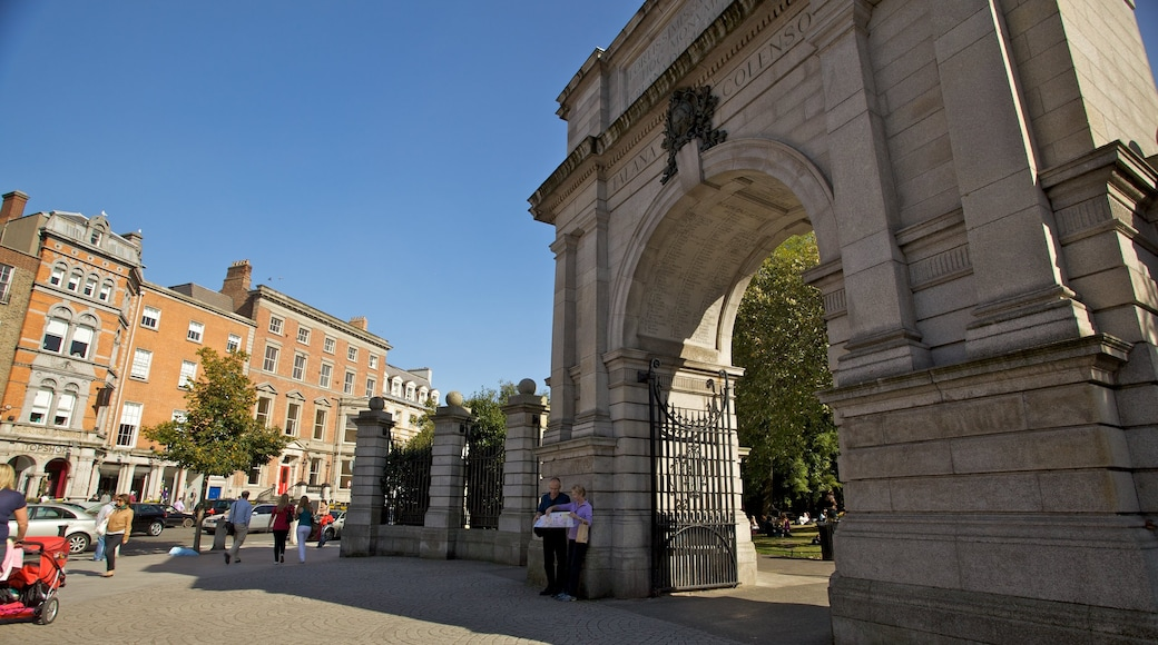 St. Stephen\'s Green featuring heritage architecture, street scenes and a city
