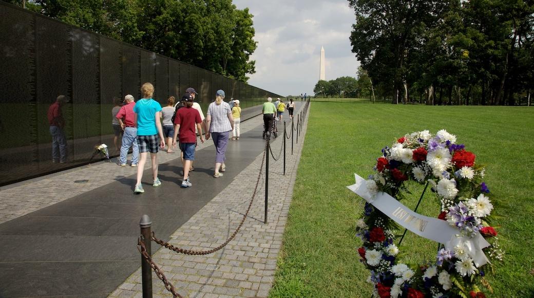 Monumento a los Veteranos de Vietnam ofreciendo un monumento conmemorativo, un parque y vistas panorámicas