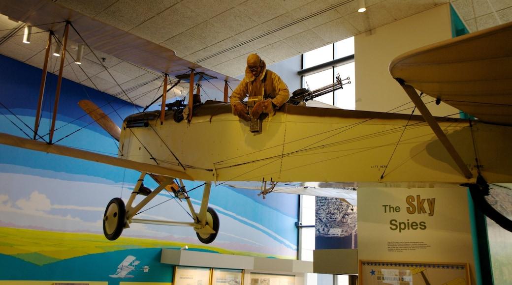 Museo Nacional del Aire y el Espacio ofreciendo aviación y vistas de interior