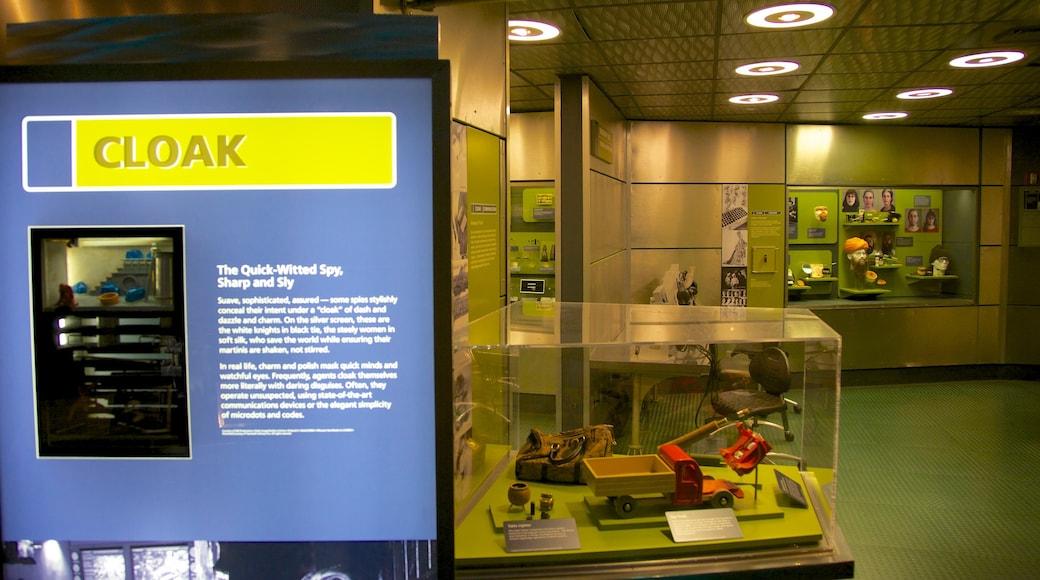 Museo Internacional del Espionaje ofreciendo señalización y vistas de interior
