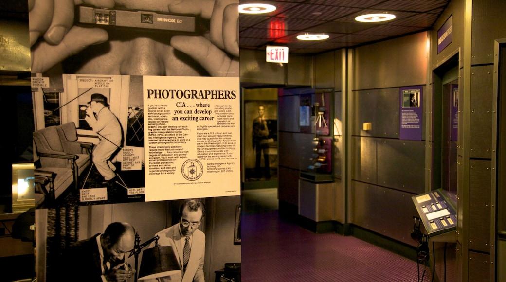 Museo Internacional del Espionaje que incluye señalización y vistas interiores