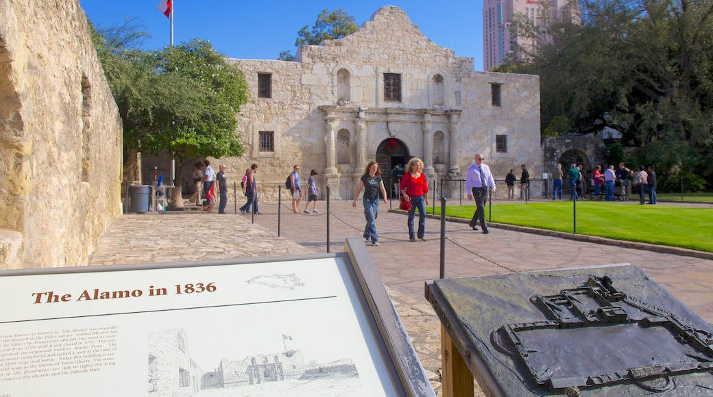 San Antonio showing heritage architecture, signage and a city