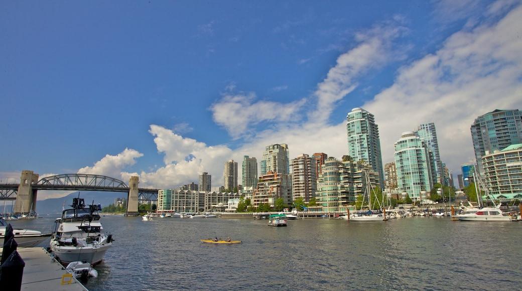 Mercado Público de la Isla Granville ofreciendo una bahía o un puerto, un edificio alto y un club náutico