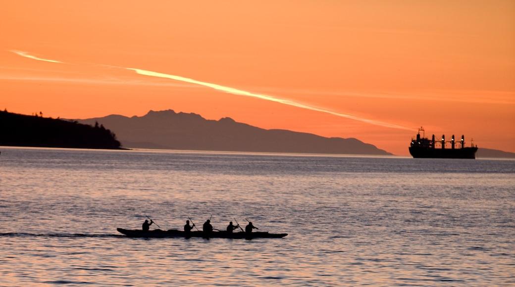 Monumento de piedra de la Bahía Inglesa mostrando kayaks o canoas, montañas y vista panorámica