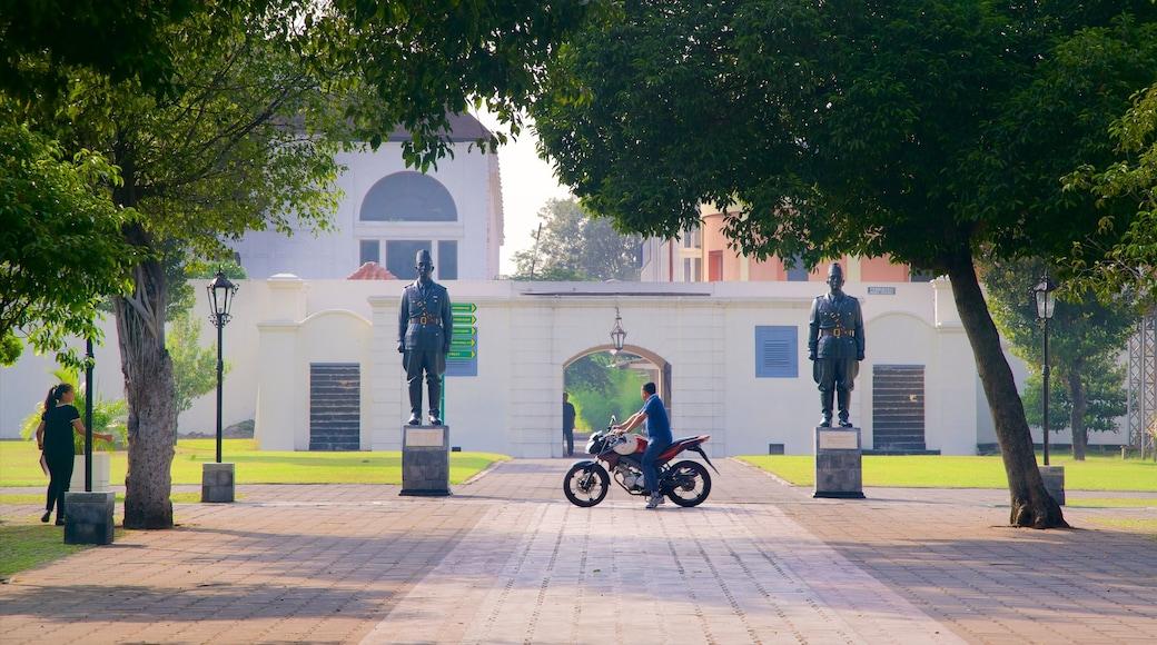 Bảo tàng Pháo đài Vredeburg trong đó bao gồm quảng trường và cưỡi mô tô