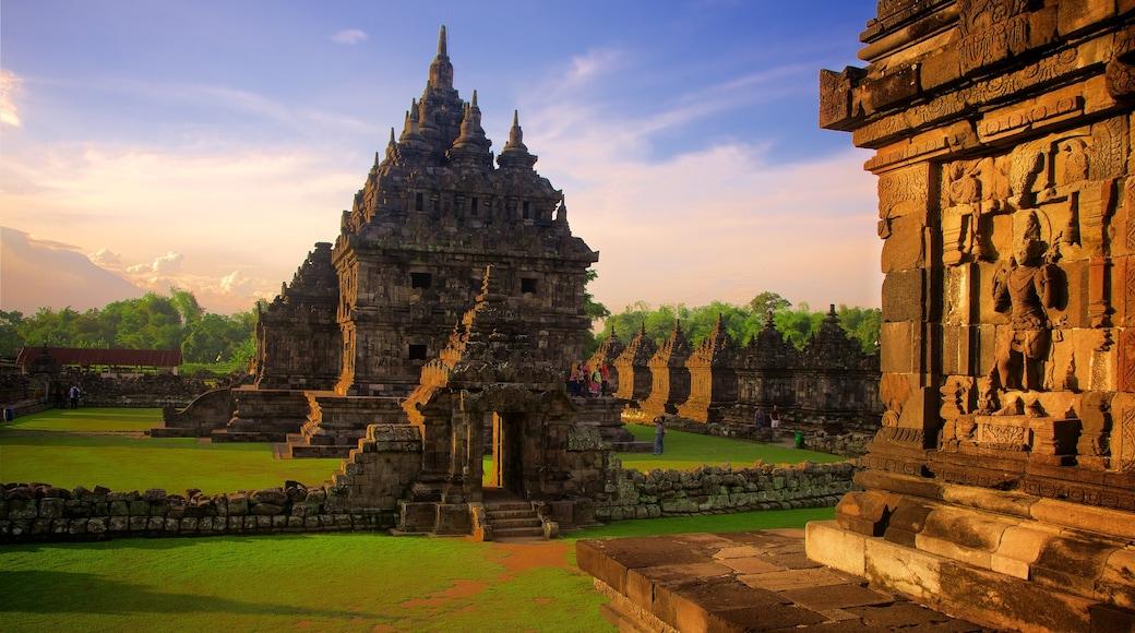 Prambanan cho thấy kiến trúc di sản, di sản và hoàng hôn