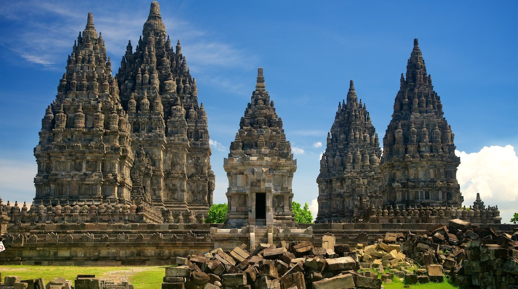 Prambanan Temple showing a ruin and heritage architecture