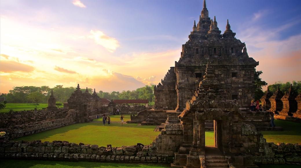 Prambanan mit einem Sonnenuntergang, historische Architektur und Geschichtliches