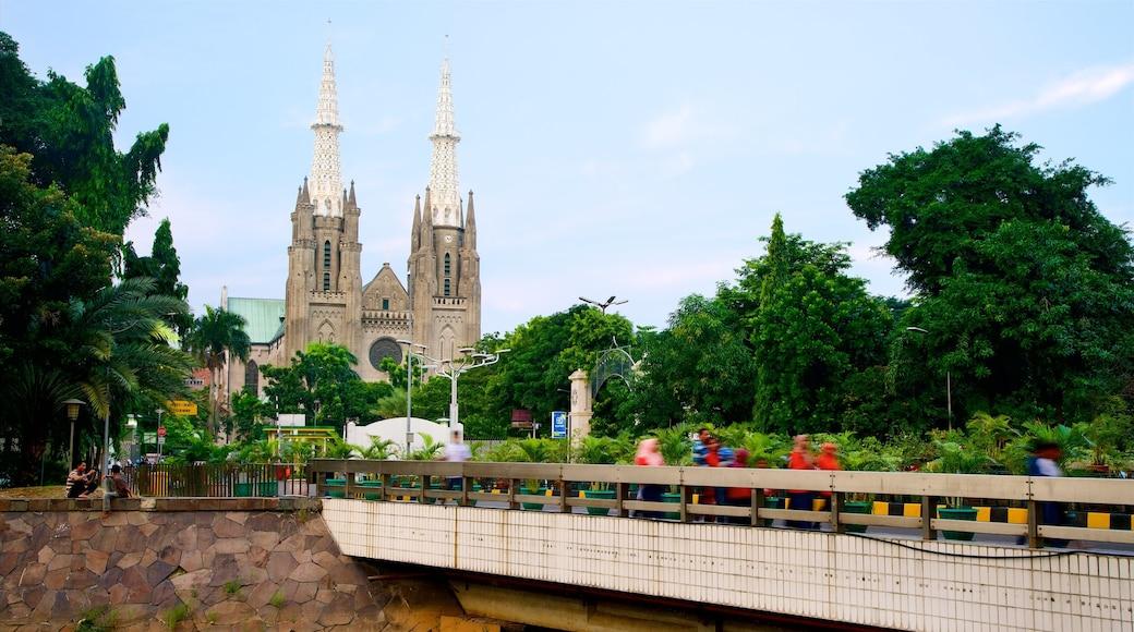 雅加達大教堂 呈现出 橋樑, 教堂或大教堂 和 歷史建築