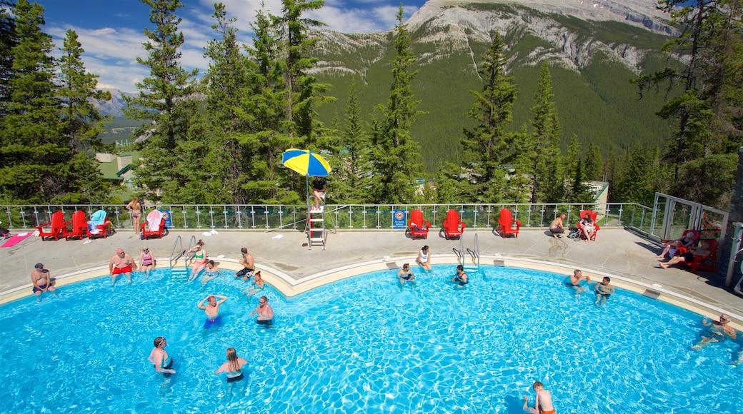 Upper Hot Springs, Banff, Alberta, Canadá mostrando natación, escenas tranquilas y piscina