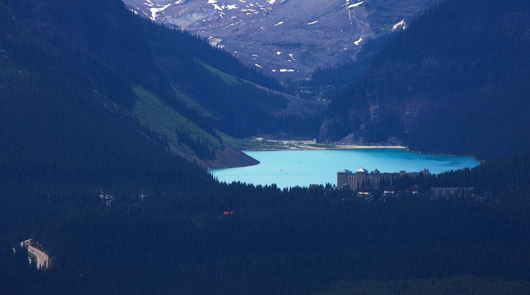 Gondeln von Lake Louise das einen See oder Wasserstelle und ruhige Szenerie