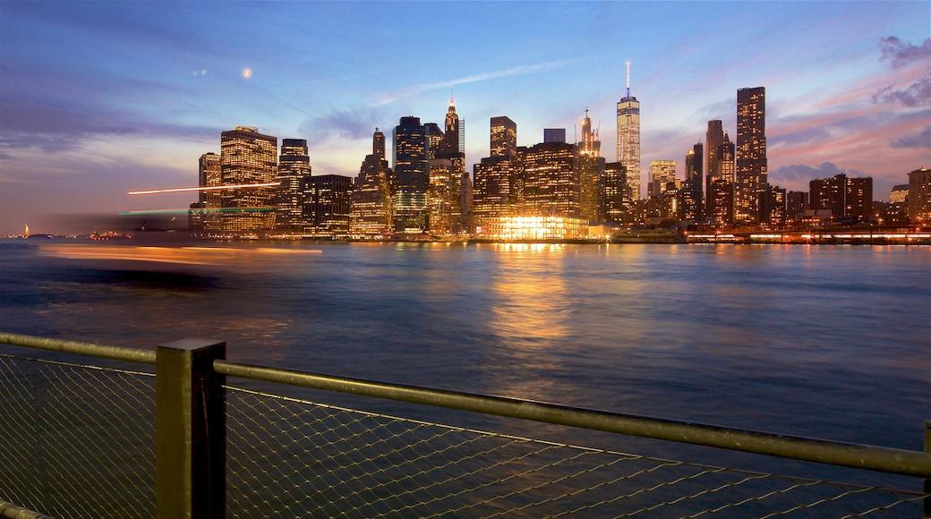 Brooklyn Heights promenade fasiliteter samt solnedgang, by og elv eller bekk
