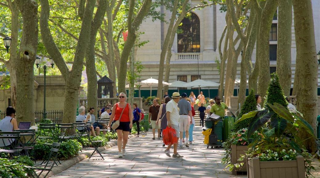 Bryant Park caratteristiche di parco cosi come un piccolo gruppo di persone