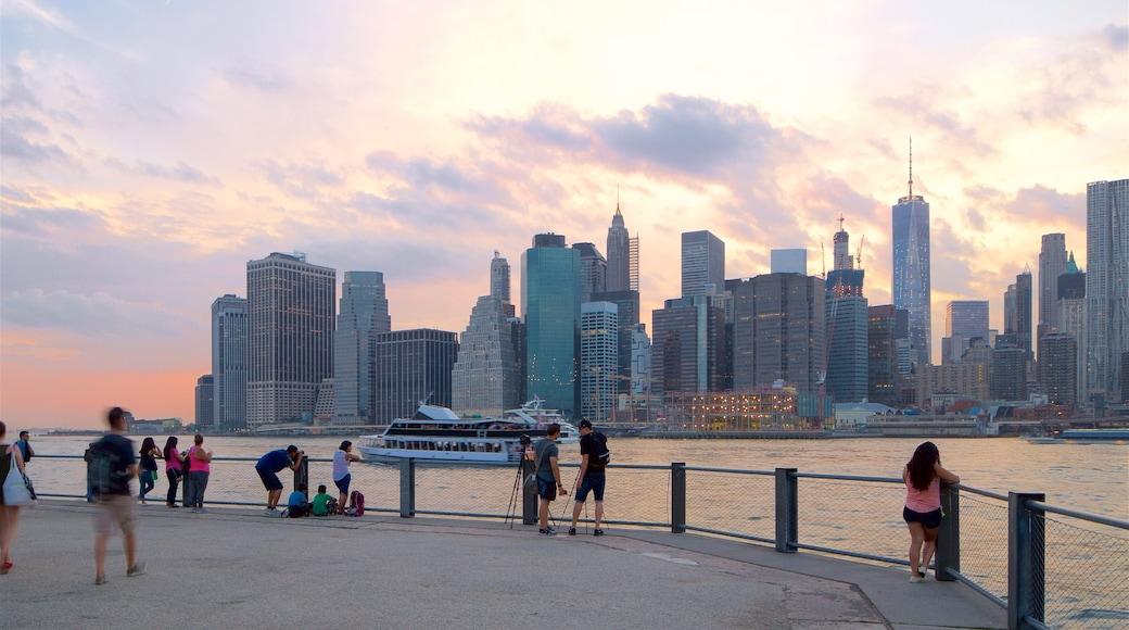 Brooklyn Heights promenade fasiliteter samt by, solnedgang og båter