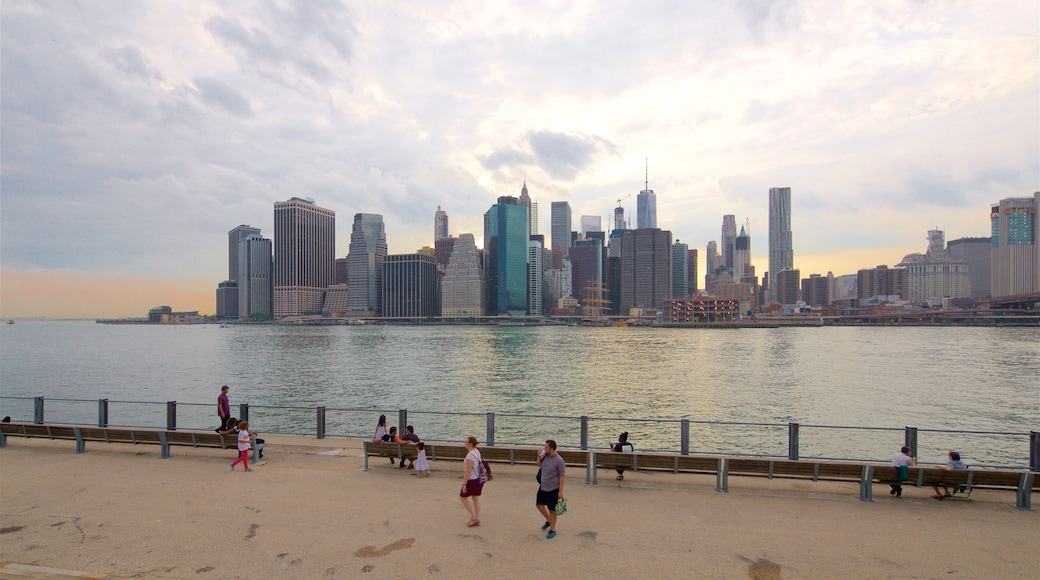 Brooklyn Heights promenade som viser elv eller bekk og by