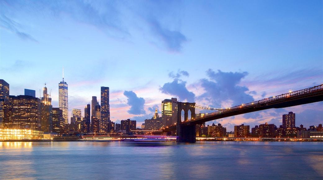 Brooklyn Heights promenade som inkluderer elv eller bekk, skyskraper og solnedgang