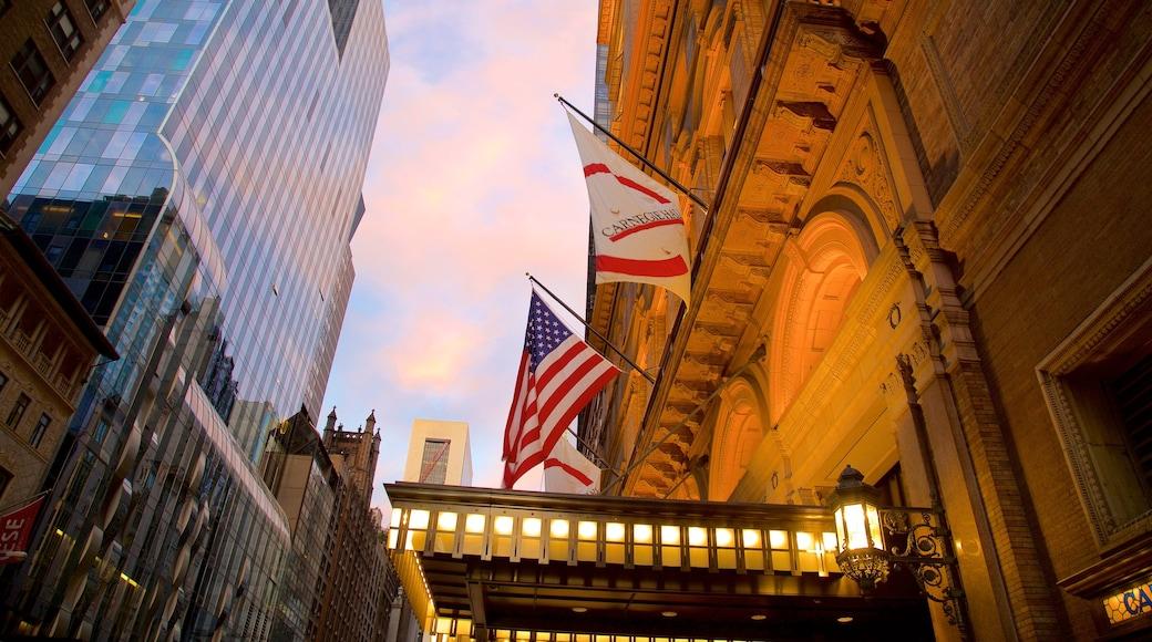 Carnegie Hall som inkluderer kulturarv, solnedgang og by