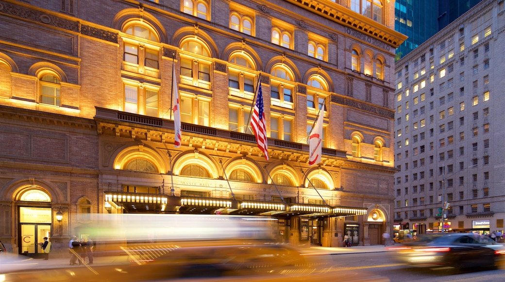 Carnegie Hall mostrando escenas de noche y elementos patrimoniales