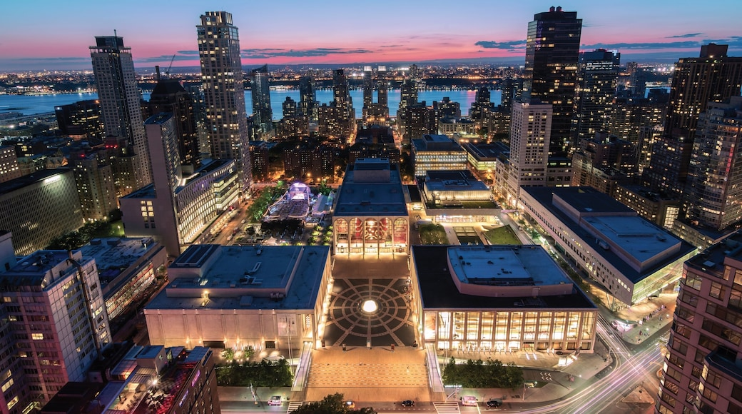 Lincoln Center for the Performing Arts montrant scènes de nuit, ville et building