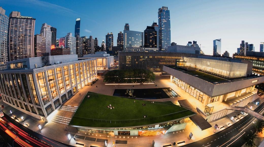 Lincoln Center for the Performing Arts mettant en vedette ville et scènes de nuit