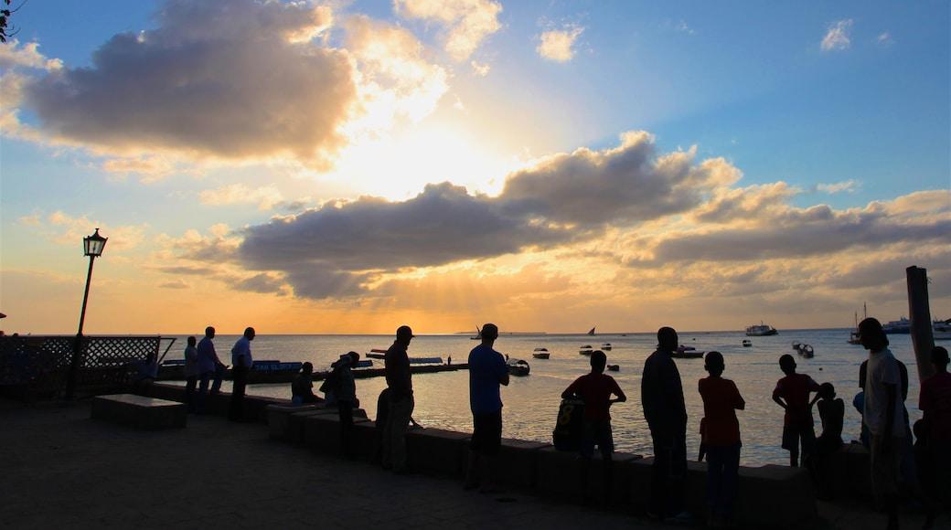Zanzibar qui includes baie ou port, vues littorales et coucher de soleil