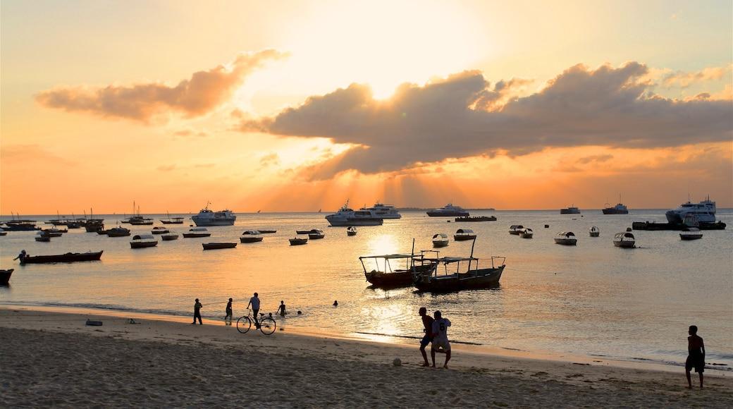 Zanzibar qui includes plage de sable, baie ou port et coucher de soleil