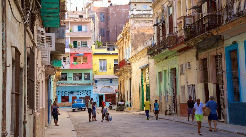 Havana mostrando escenas cotidianas y una ciudad y también un grupo pequeño de personas