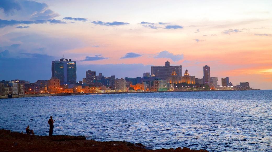 Havana mostrando vistas de una costa, horizonte urbano y un atardecer