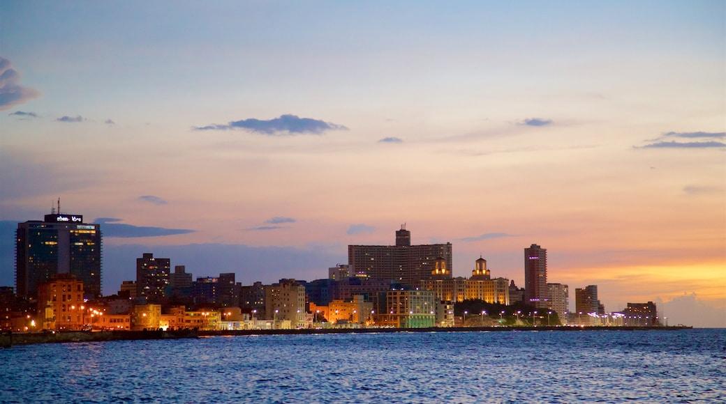 Havana mostrando un atardecer, vistas de una costa y horizonte urbano