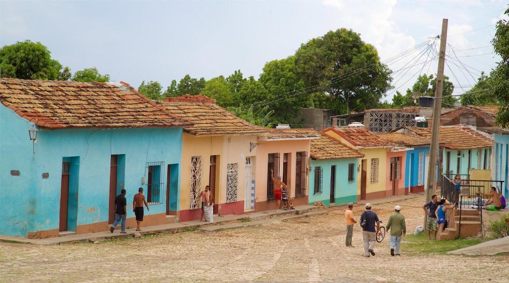 Trinidad das einen Kleinstadt oder Dorf und Straßenszenen sowie kleine Menschengruppe
