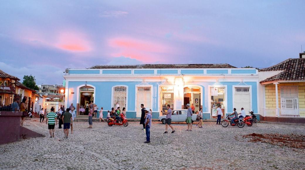Plaza Mayor qui includes square ou place et coucher de soleil