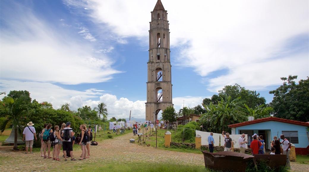 Manaca Iznaga montrant petite ville ou village et quartier d\'affaires aussi bien que petit groupe de personnes