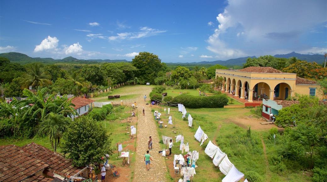 Manaca Iznaga qui includes petite ville ou village et scènes tranquilles