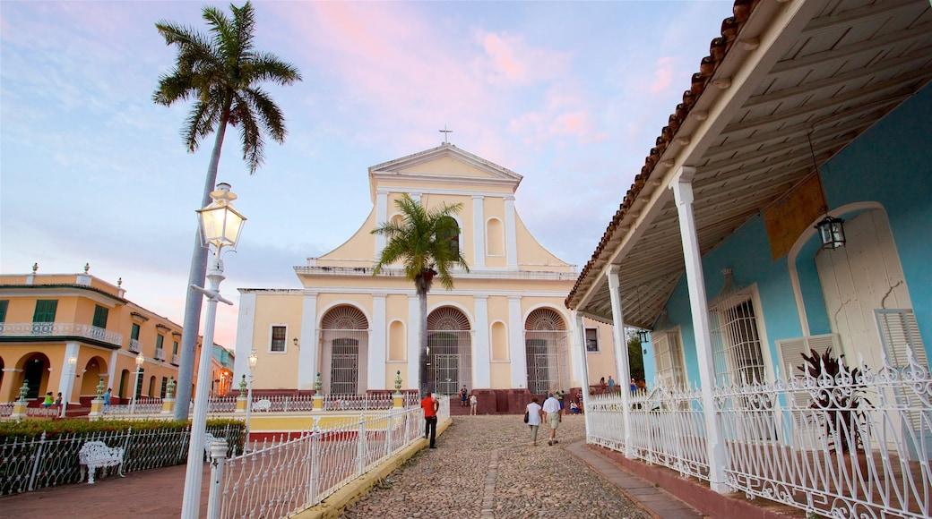 Plaza Mayor welches beinhaltet Sonnenuntergang, Geschichtliches und Kirche oder Kathedrale