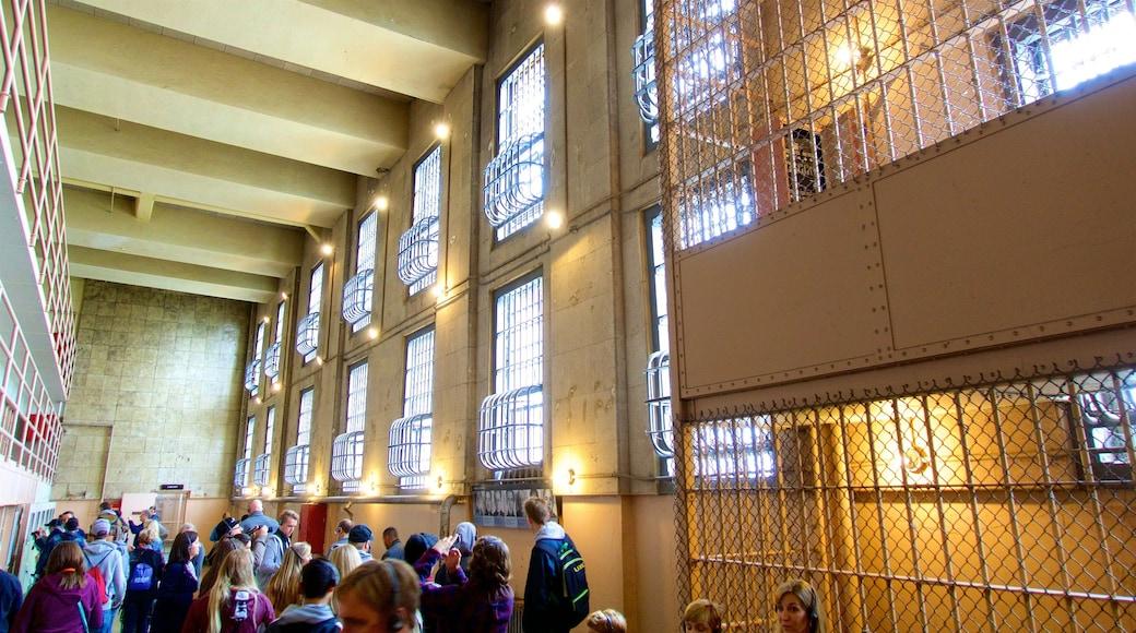 Alcatraz Island mettant en vedette patrimoine historique et vues intérieures aussi bien que petit groupe de personnes