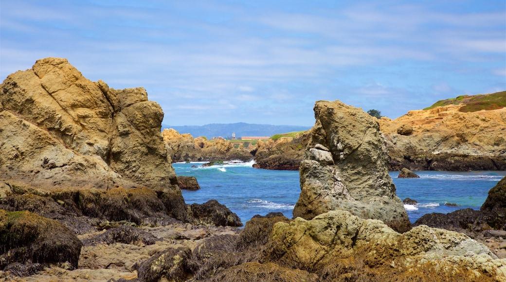 Glass Beach mettant en vedette côte escarpée