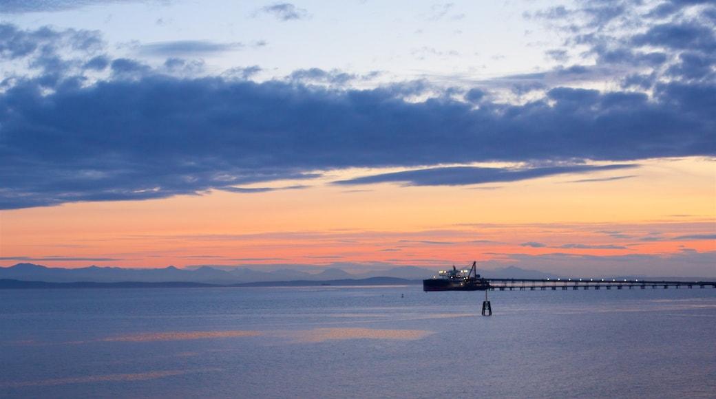 Delta mostrando un atardecer y vista general a la costa