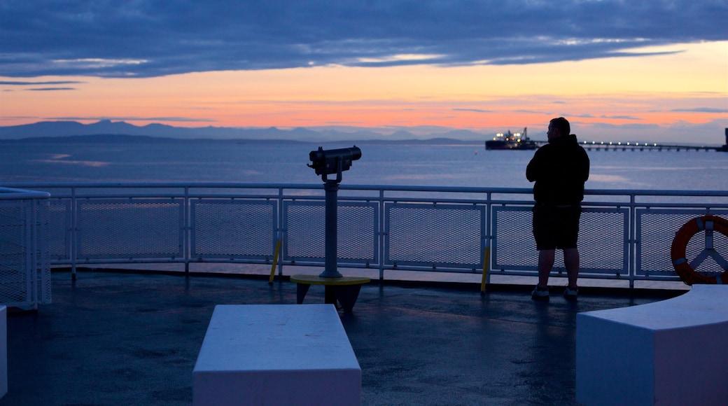Delta ofreciendo un atardecer, vista general a la costa y vista