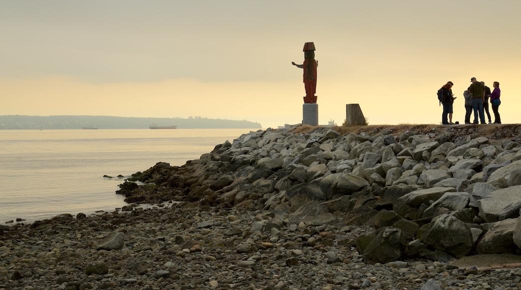 Ambleside Park que incluye una estatua o escultura, una playa de piedras y vista general a la costa